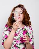 Jeune femme rousse élégante avec les cheveux bouclés et les jolies bulles de pose et de coup de visage exprime différentes émotio Images libres de droits