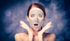 Jeune femme rousse avec de la crème cosmétique images stock