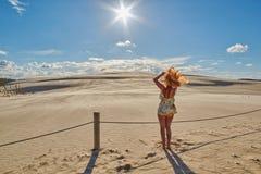 Jeune femme rousse heureuse avec les mains de ondulation de cheveux bouclés contre S Photos libres de droits