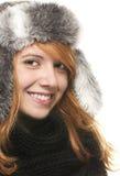 Jeune femme rousse heureuse avec un capuchon de l'hiver Photographie stock libre de droits
