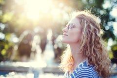 Jeune femme rousse insouciante dans le vintage de parc Photos libres de droits