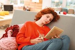 Jeune femme rousse manquant son ami Photo libre de droits