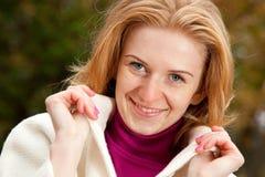 Jeune femme rousse regardant l'appareil-photo Photographie stock libre de droits