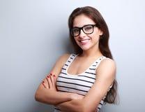 Jeune femme réussie heureuse dans le regard en verre Photographie stock