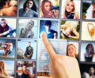 Jeune femme sélectionnant des amis Photos libres de droits