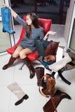 Jeune femme sélectionnant des chaussures Photos libres de droits