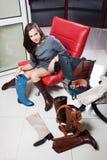 Jeune femme sélectionnant des chaussures Photo stock