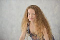 Jeune femme s'étendant dans la baignoire Temps Relaxed images libres de droits