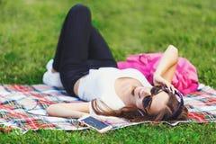 Jeune femme s'étendant sur l'herbe photos stock