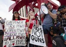 Jeune femme s'adressant à la foule avec le mégaphone au prot de violence armée Image stock