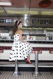 Jeune femme s'asseyant au compteur de wagon-restaurant image stock