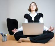 Jeune femme s'asseyant dans la pose de lotus Photos stock