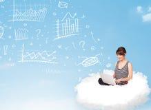 Jeune femme s'asseyant en nuage avec l'ordinateur portable Image stock