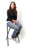 Jeune femme s'asseyant sur des selles Photos libres de droits