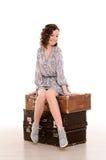 jeune femme s'asseyant sur la pile de valises Image libre de droits