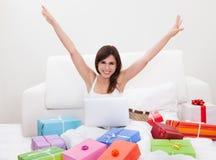 Jeune femme faisant des emplettes en ligne image stock