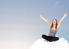 Jeune femme s'asseyant sur le nuage avec l'espace de copie photo libre de droits