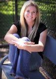 Jeune femme s'asseyant sur un banc Image stock