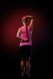 Jeune femme s'exerçant avec la bande élastique de forme physique dans le gymnase Images libres de droits