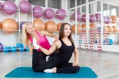 Jeune femme s'exerçant avec son instructeur de forme physique Photo stock