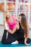 Jeune femme s'exerçant avec son instructeur de forme physique Photographie stock