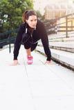 Jeune femme s'exerçant dans le milieu urbain photos stock