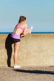Jeune femme s'exerçant dehors Photographie stock libre de droits