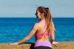 Jeune femme s'exerçant dehors Image stock