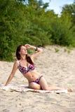 Jeune femme s'exposant au soleil Photo stock