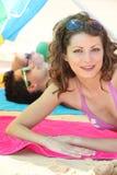 Jeune femme s'exposant au soleil Photographie stock