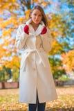 Jeune femme sûre à la mode Images stock