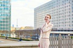 Jeune femme sûre d'affaires à Paris Images libres de droits
