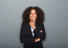 Jeune femme sûre d'affaires pensant sur le fond gris Images libres de droits