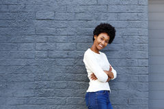 Jeune femme sûre souriant avec des bras croisés Photographie stock libre de droits
