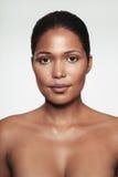 Jeune femme sans chemise avec le maquillage images stock