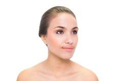 Jeune femme satisfaite de brune regardant loin Image stock