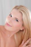 Jeune femme se brossant le long cheveu Photo stock
