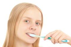 Jeune femme se brossant les dents image libre de droits