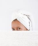 Jeune femme se cachant après bain Image libre de droits