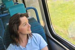 Jeune femme se déplaçant par chemin de fer Photographie stock