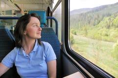 Jeune femme se déplaçant par chemin de fer Photos stock