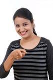 Jeune femme se dirigeant à un produit image stock