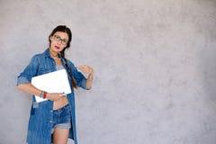 Jeune femme se dirigeant avec le doigt sur le carnet Images libres de droits