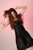 Jeune femme se peignant le cheveu Image libre de droits