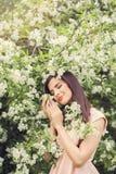 Jeune femme se reposant dans le jardin de fleurs de ressort de fleur Photos libres de droits