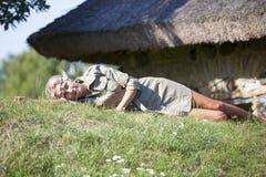 Jeune femme se reposant dans le village photos stock