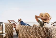 Jeune femme se reposant sur la terrasse d'hôtel Vacances et concept d'amusement d'été Belle fille appréciant la durée images libres de droits