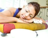 Jeune femme se reposant sur le bâti de massage Photo libre de droits
