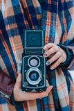 Jeune femme se tenant dans le vieil appareil-photo de vintage de mains Photographe de fille photos libres de droits