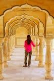 Jeune femme se tenant dans Sattais Katcheri Hall, Amber Fort, Jaipu Image stock